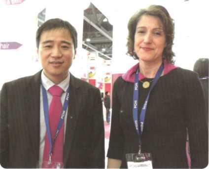 拜耳材料科技全球化妆品业务总监Paula Rodrigues博士(右) 与拜耳材料科技(中国)业务拓展及技术服务经理熊晓辉先生