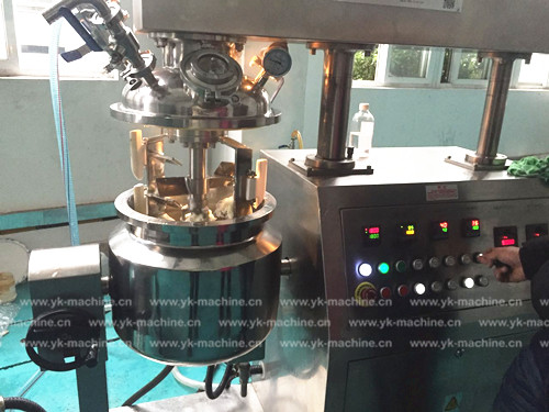 上海食品行业客户到我公司进行调料乳化机试机!
