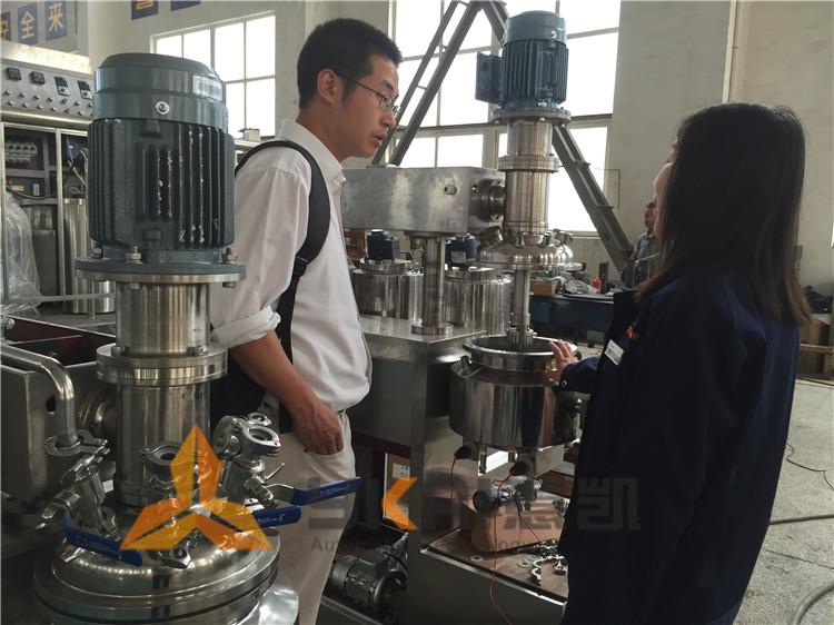 资深哈尔滨制药企业来厂考察真空乳化机设备